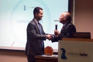Luiz Fernando Vianna recebe homenagem do presidente do Instituto ACP para Inovação, Eduardo Aichinger