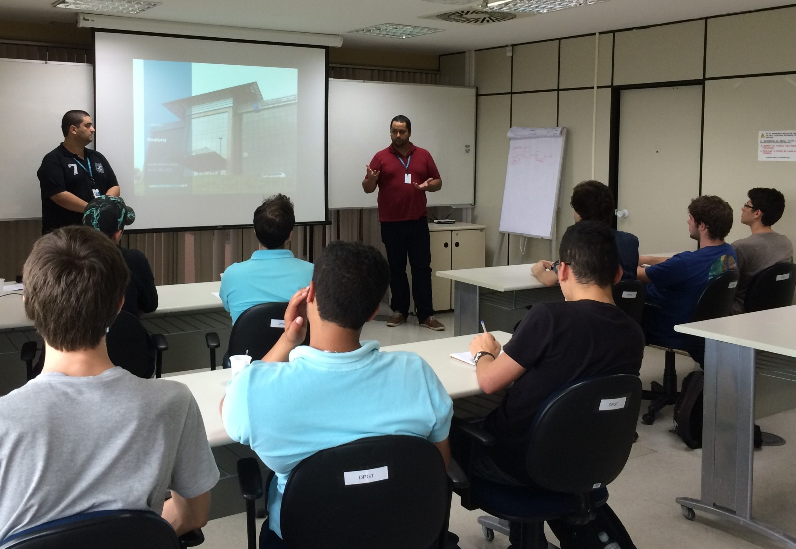 Os pesquisadores Cretan e Eros apresentaram os Institutos Lactec aos alunos de Engenharia Elétrica da UFPR