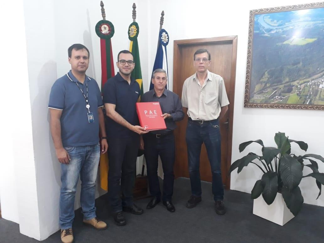 Técnicos da Brookfield Energia Renovável entregam PAE ao prefeito de Muçum (RS), Lourival de Seixas, ao lado do pesquisador Rubem Daru, do Lactec