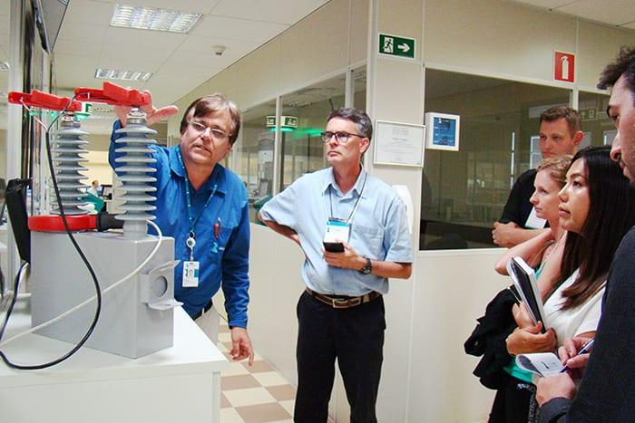 Carlos Ademar Purim apresenta protótipos e produtos desenvolvidos pela Divisão de Eletrônica