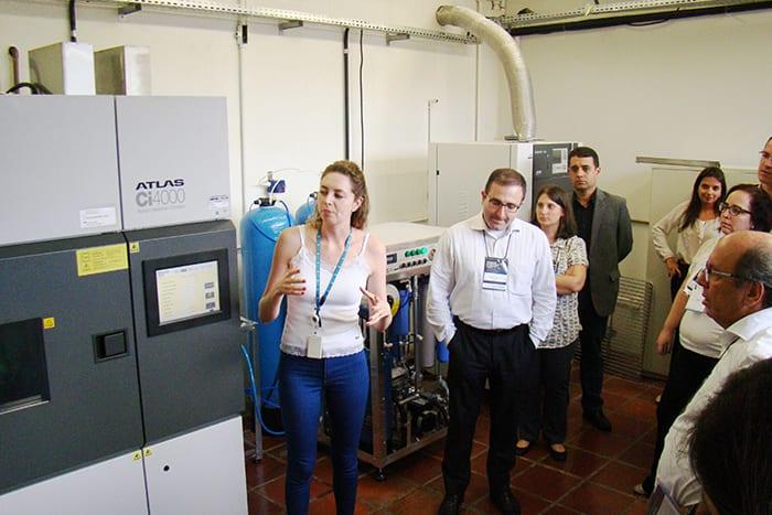 Francyele de Carvalho Silva mostra o Laboratório de Condições Climáticas e Intemperismo Artificial