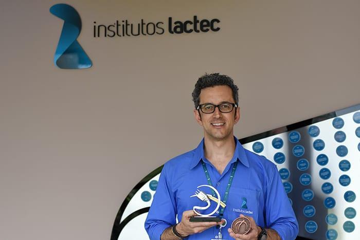 Mateus Duarte Teixeira com troféu e medalha recebidos pela menção honrosa